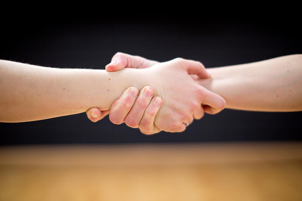 To hender holder rundt hverandre. Foto
