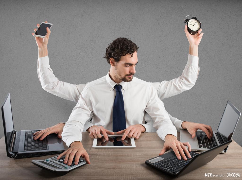 Stresset forretningsmann multitasker. Foto.
