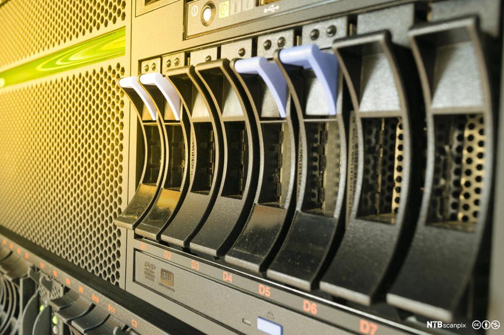 Dataserver og raid lagring i datasenter. Foto.