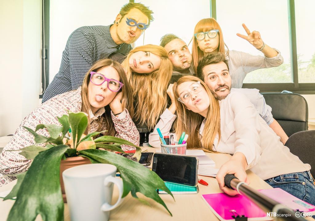 En gruppe mennesker som tar selfie mens de lager grimaser. Foto.