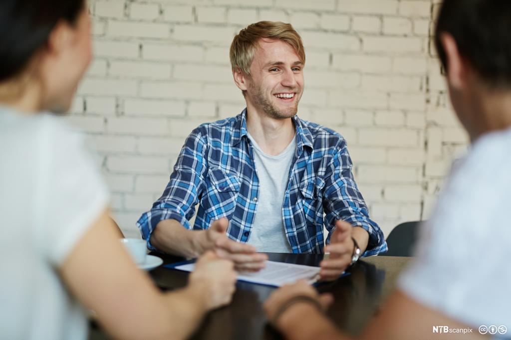 En mann blir intervjuet til en ny jobb. Foto.