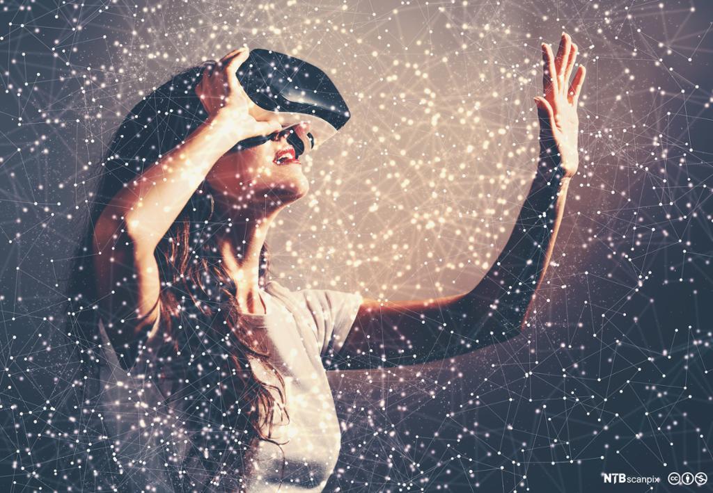 Dame som bruker virtual reality headset. Foto.