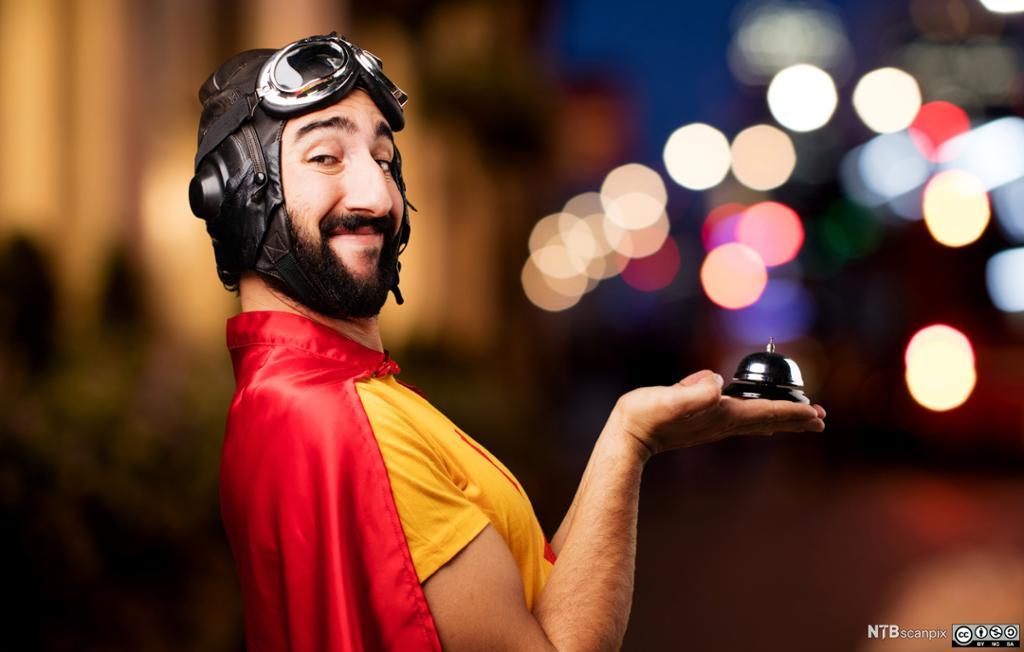 Superhelt med serviceklokke. Foto.