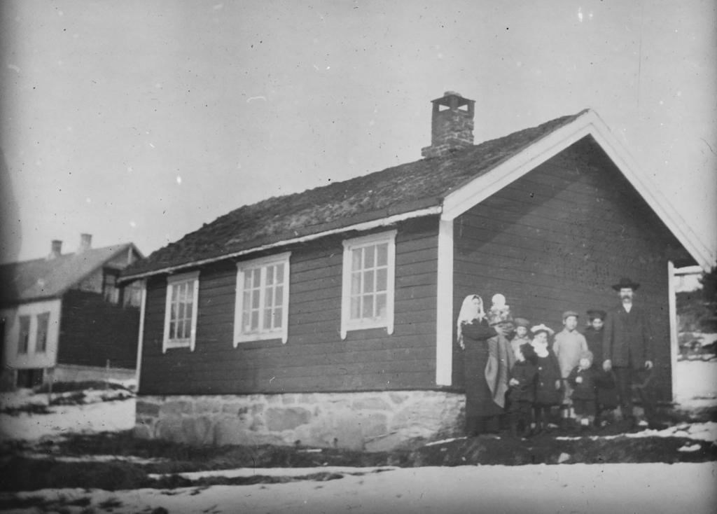 En familie ved avreise fra Svanviken arbeidskoloni. Foto.