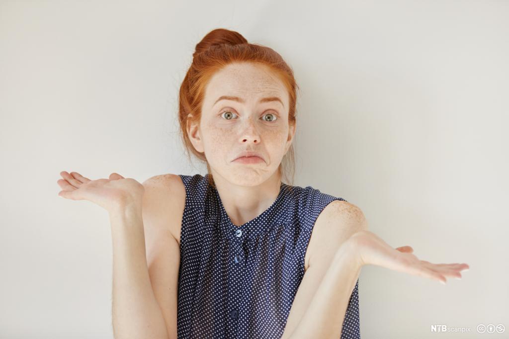Jente som viser med kroppen at hun er oppgitt. Foto