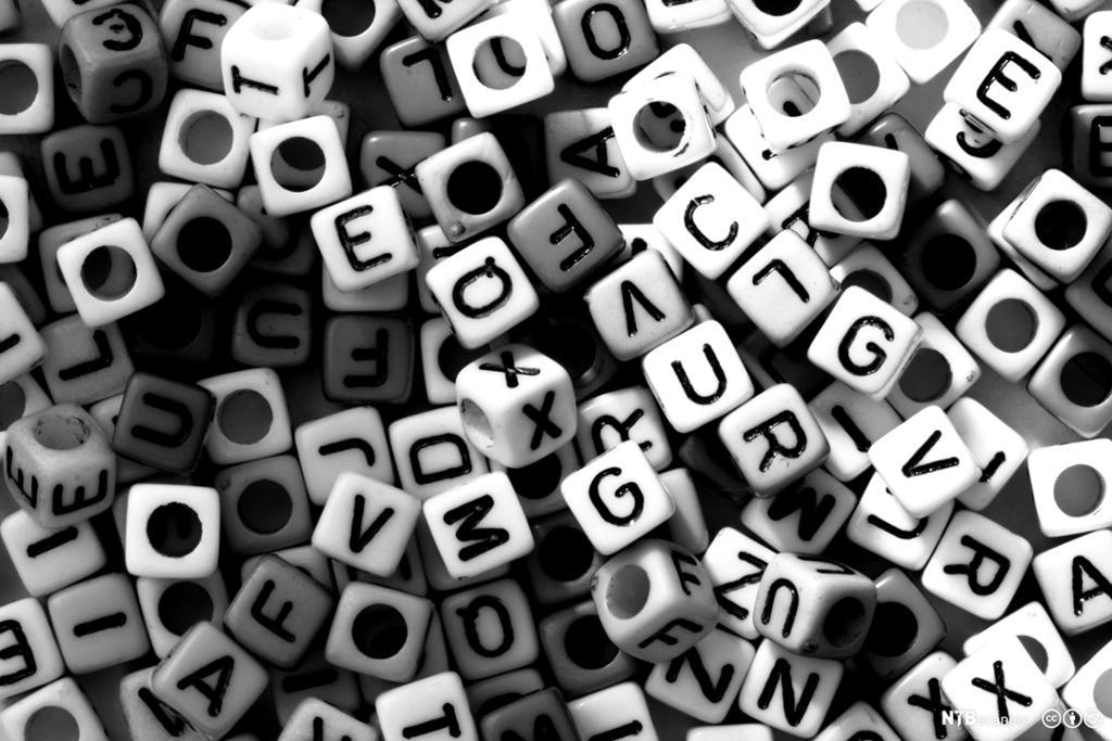 Mange klosser med ulike bokstaver. Foto.