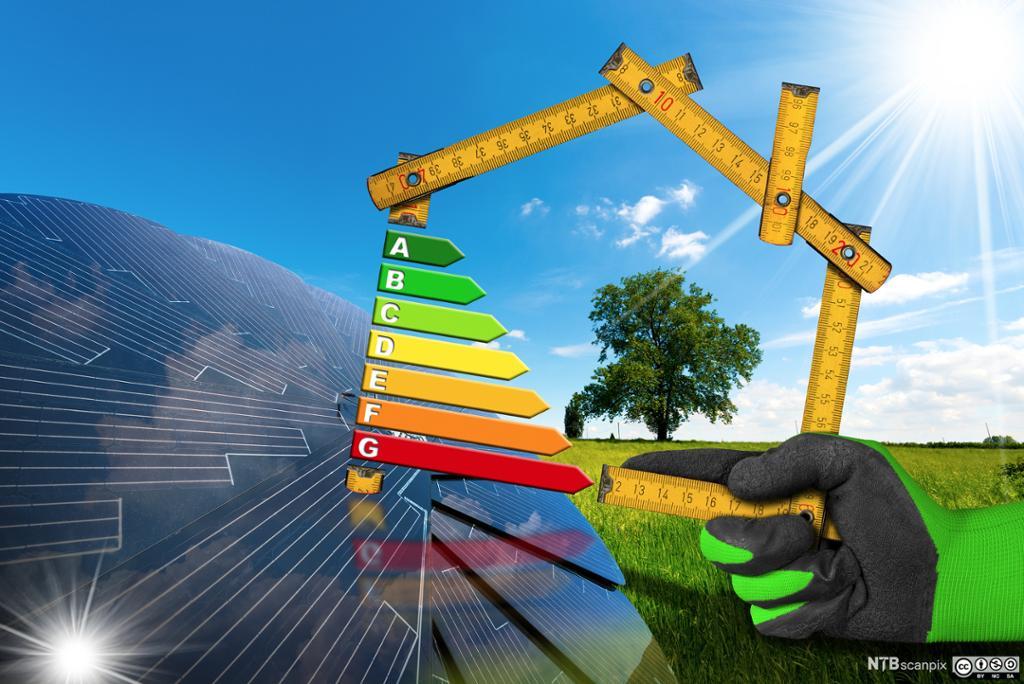 Solcellepanel i sol, meterstokk formet som hus og fargeskala for energimerking for bygg. Fotokollasje.