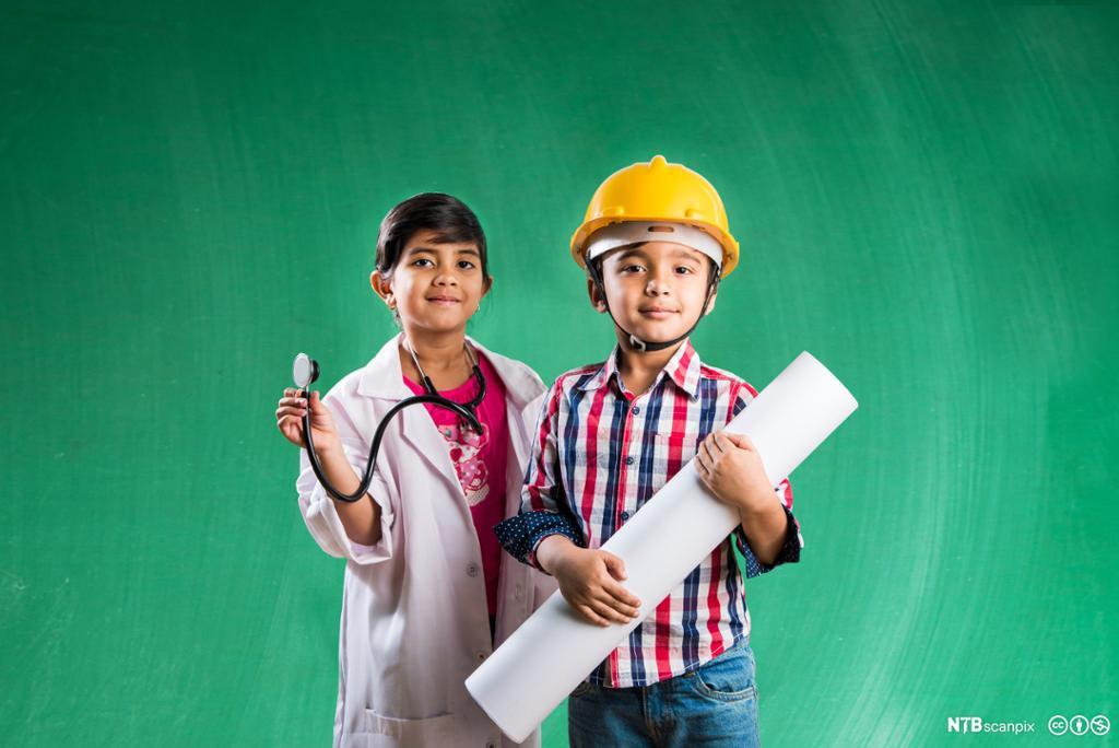 Barn kledd som arbeidere. Foto.