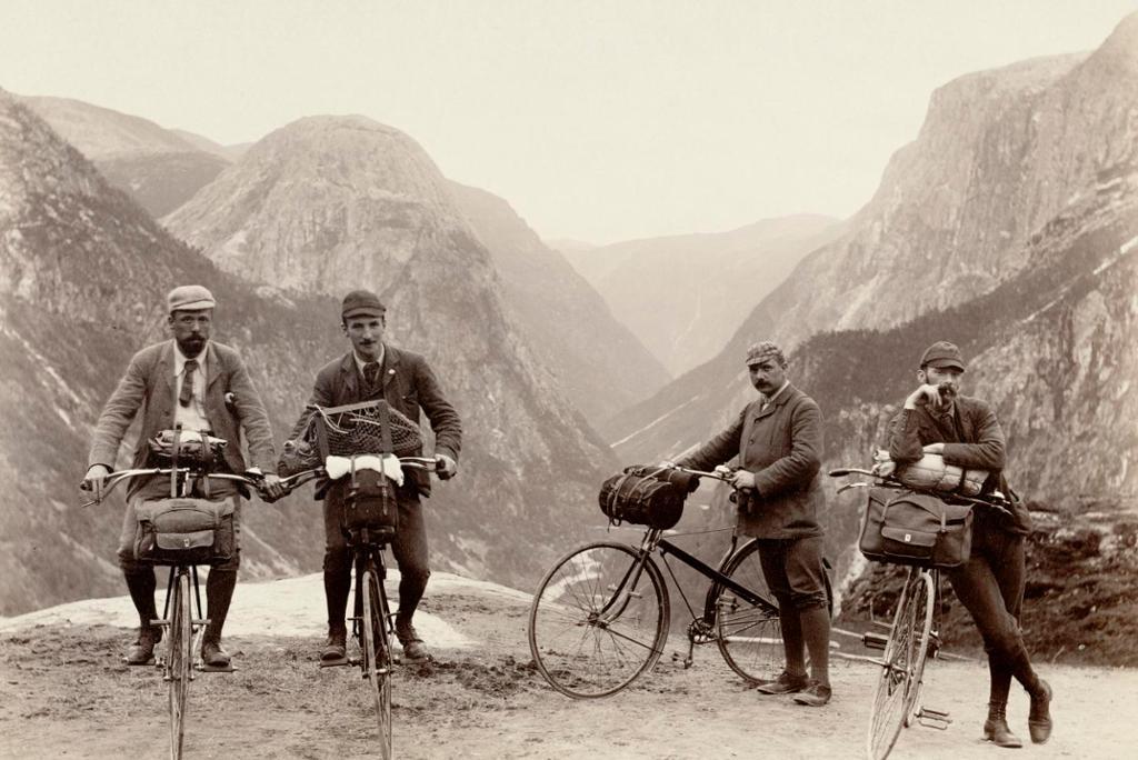 Fire menn på sykkeltur i Sogn. Foto.