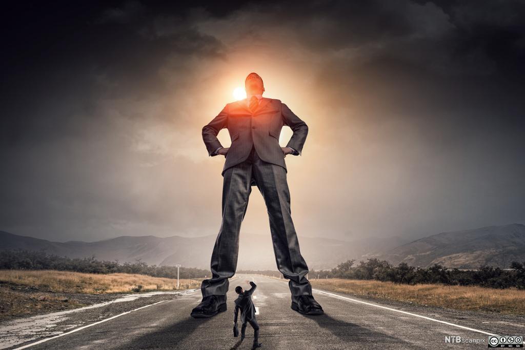 En gigantisk mann troner over en liten mann. Illustrasjon.
