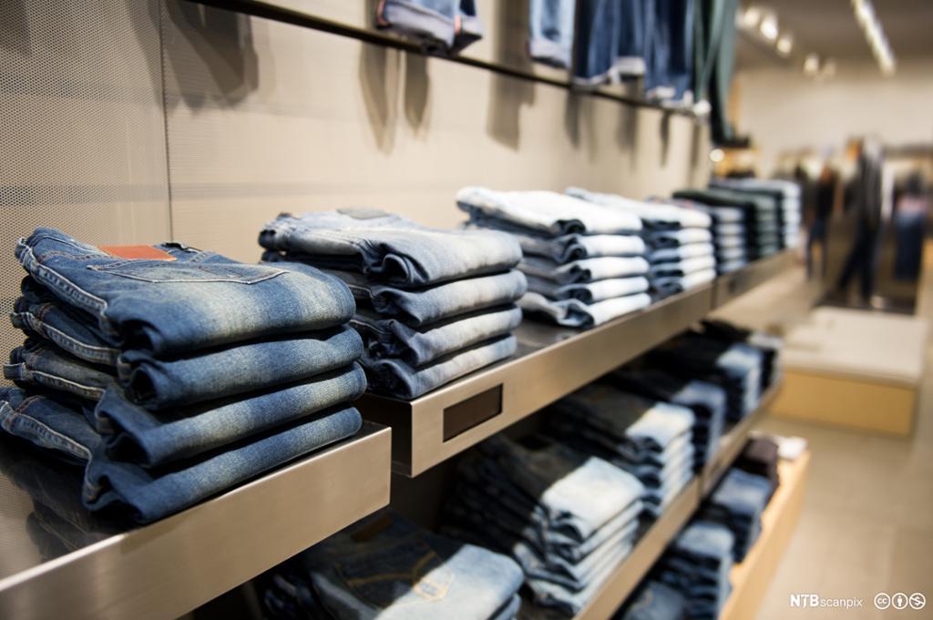 Hyller med blå jeans på en butikk