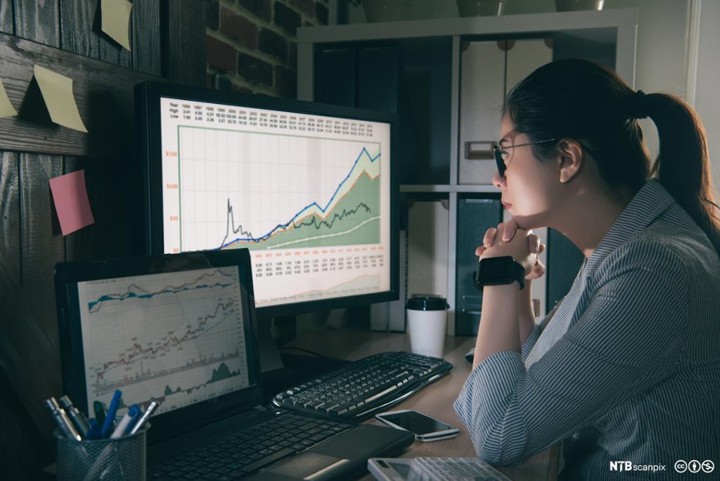 Portrett av en kvinnelig analytiker ved datamaskinen. Foto.