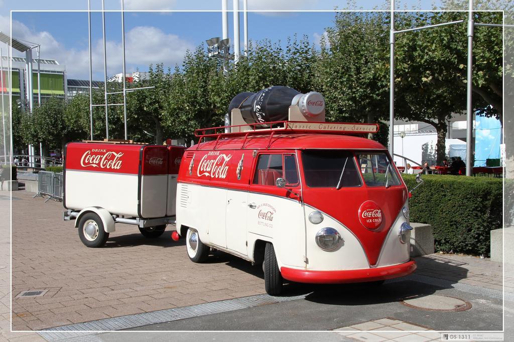 En coca cola reklamebil med tilhenger. Foto.