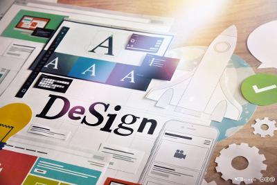 Grafiske elementer i papir, blant annet bokstaver, tannhjul, en rakett, en lyspære og en mobil, er klippet ut og satt sammen. Foto.