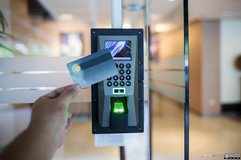 Adgangskontroll og korteleser. Foto.