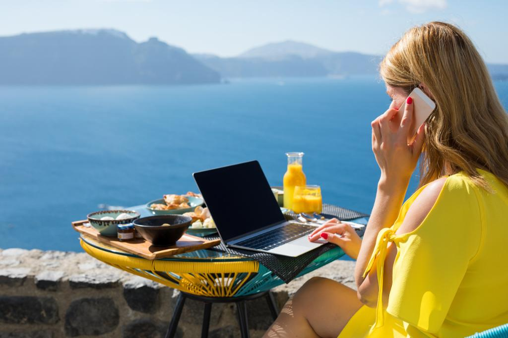 Kvinne som arbeider mens hun er på ferie. Foto.
