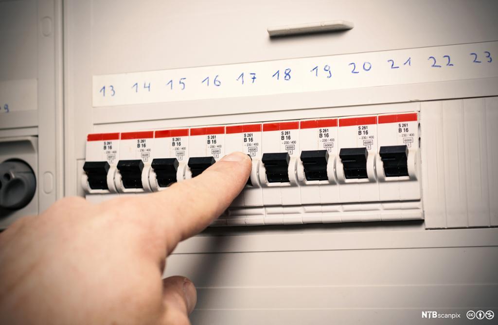 Oversikt over strømkurser i et sikringsskap.Foto.