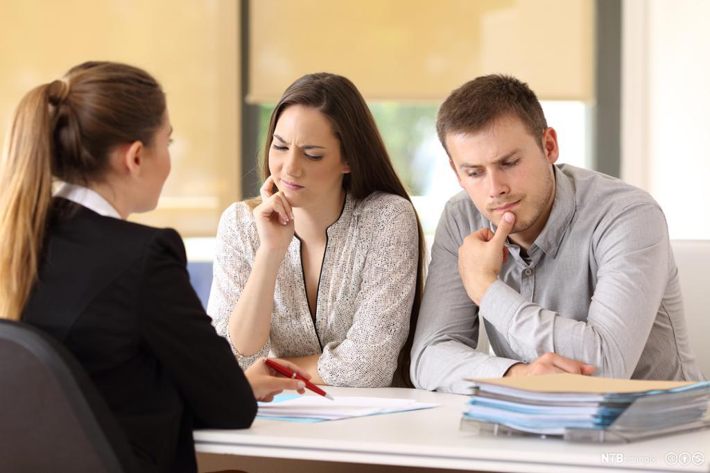 Selger og kunde har kommunikasjonsproblemer. Foto.