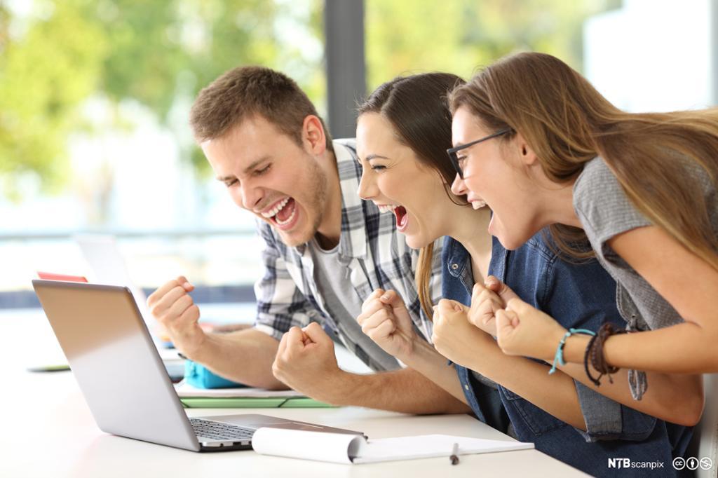 Tre glade ungdommer som ser på en pcskjerm. Foto.
