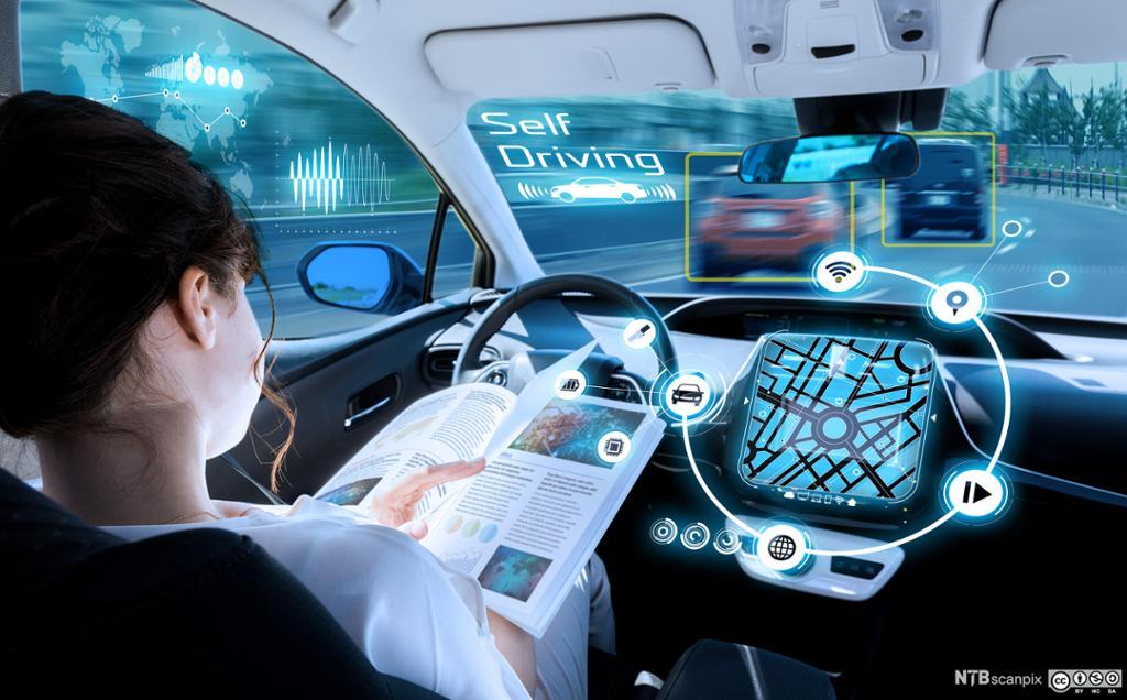 Kvinne leser blad mens hun kjører førerløs bil. Illustrasjon.