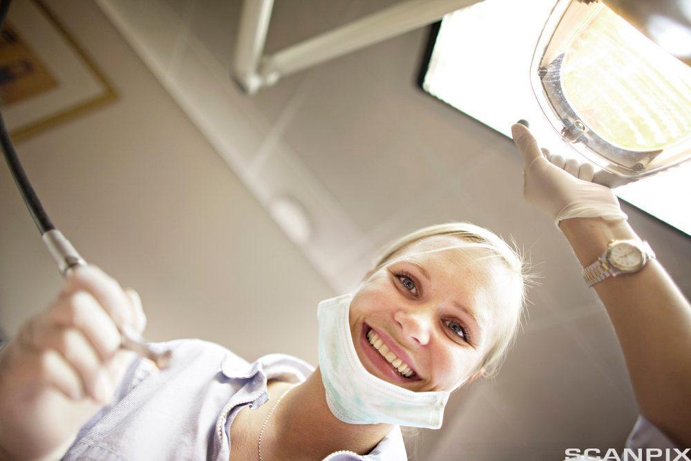 En tannlege som er klar for å se over tennene til en pasient. Foto