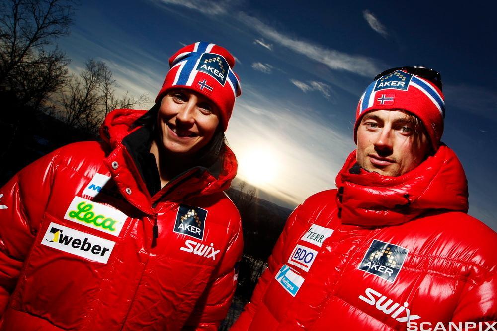Marit Bjørgen og Petter Northug med sponsede jakker. Foto.
