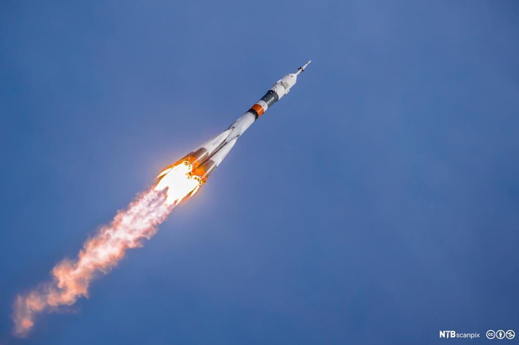 Rakett med bakflamme skrått på vei oppover. Foto.