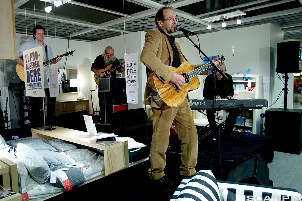 Bilde av Ole Paus som holder intimkonsert på IKEA.