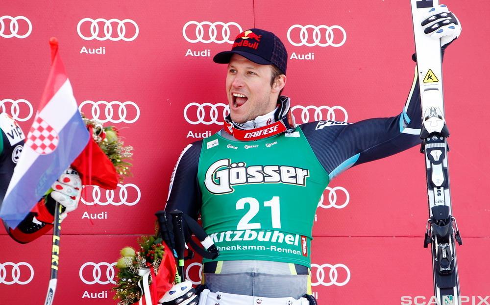 Bilde av Aksel Lund Svindal på seierspallen, med reklame for Audi i bakgrunnen.