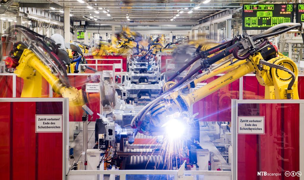 Sveiseroboter i bilproduksjon på Volkswagen-fabrikken i Tyskland. Foto.