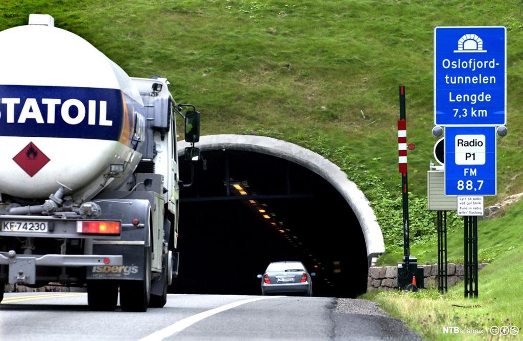 Tankbil med merket for brannfarlig gods på tur inn i tunnel.foto.