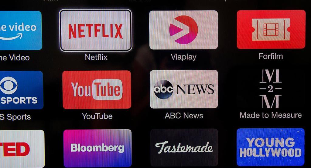 På en TV-skjerm ser vi appikoner for blant annet Netflix, Viaplay og YouTube. Foto.