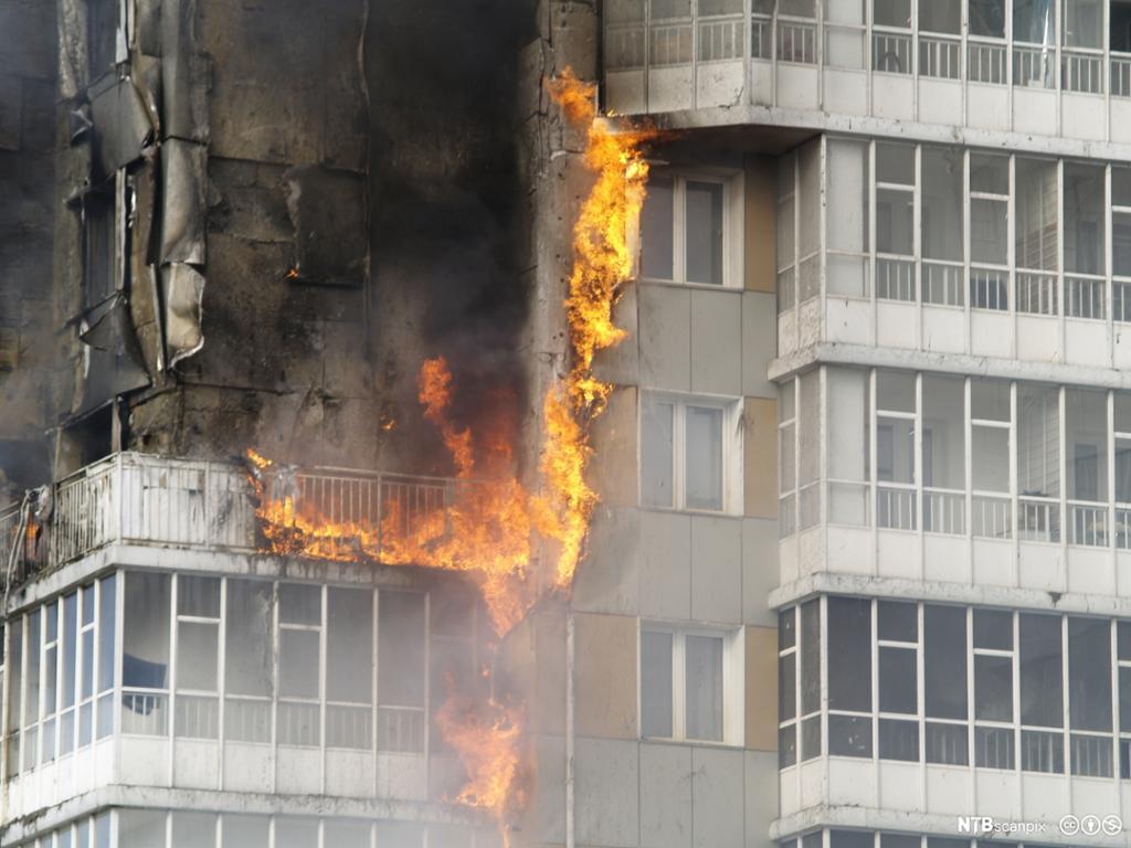 Bygning står i full brann. Foto.