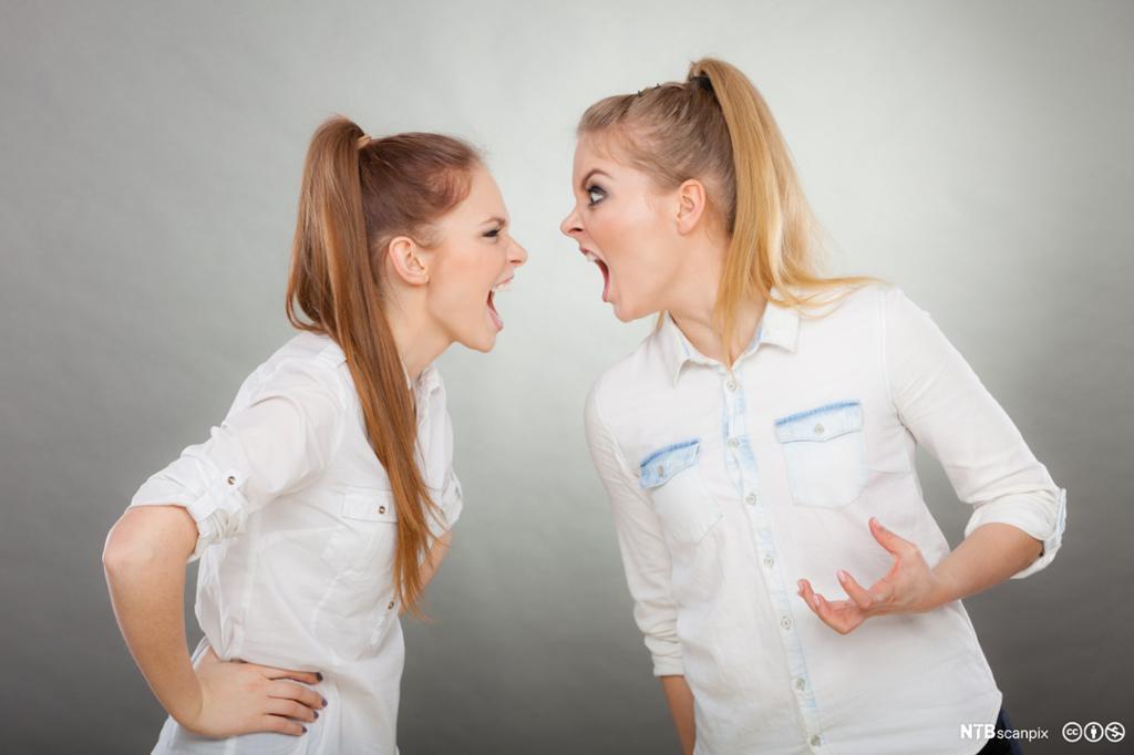 Konflikt mellom to kvinner på en arbeidsplass