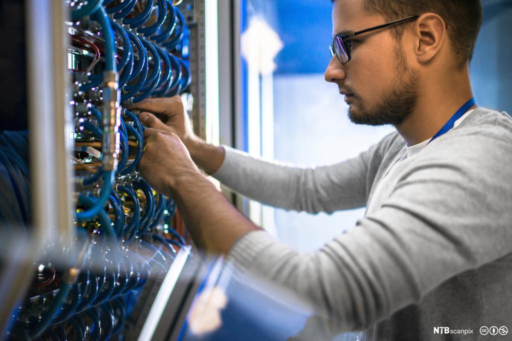 Mann som arbeider i et nettverksskap. Foto