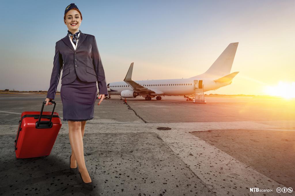 Flyvertinne i uniform på flyplassen. Foto.