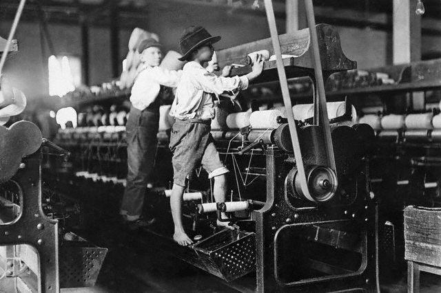 Gutter i arbeid på Georgia Cotton Mill. Foto.