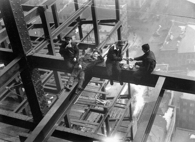 Jernarbeidere spiser lunsj i høyden. Foto.