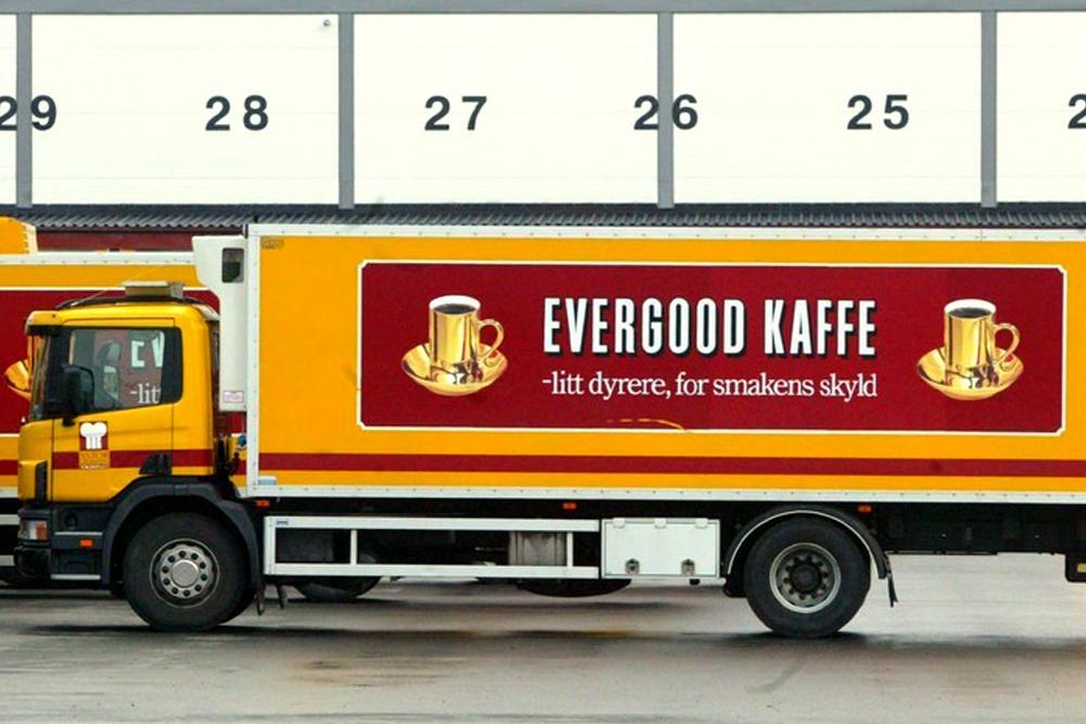 Lastebil med reklame for Evergood kaffe