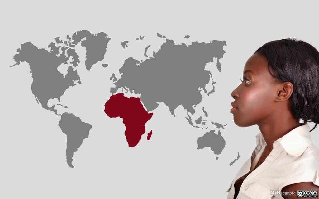 Afrikansk jente ser på verdenskart