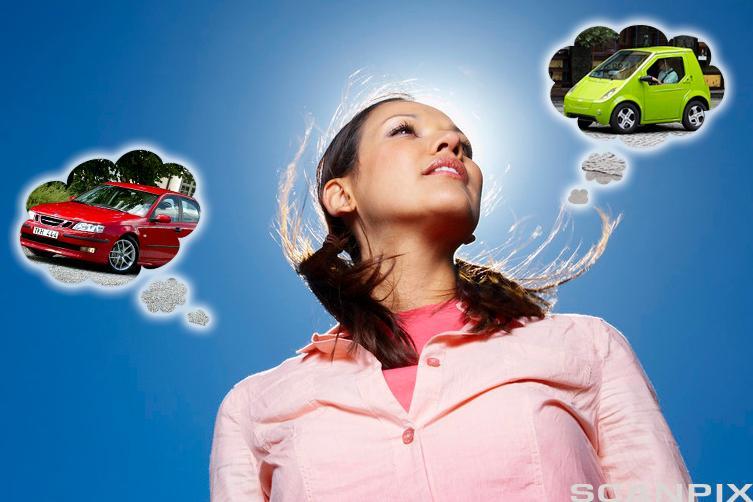 Ung kvinne tenker på bil