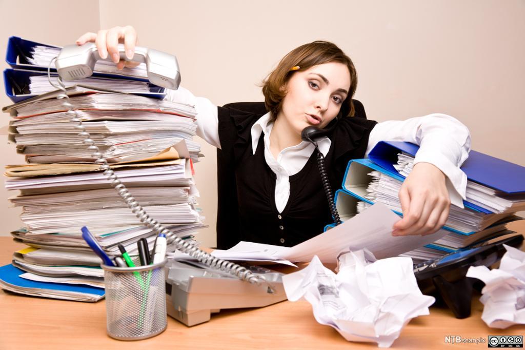 Humoristisk bilde av overarbeidet kontormedarbeider. Foto.