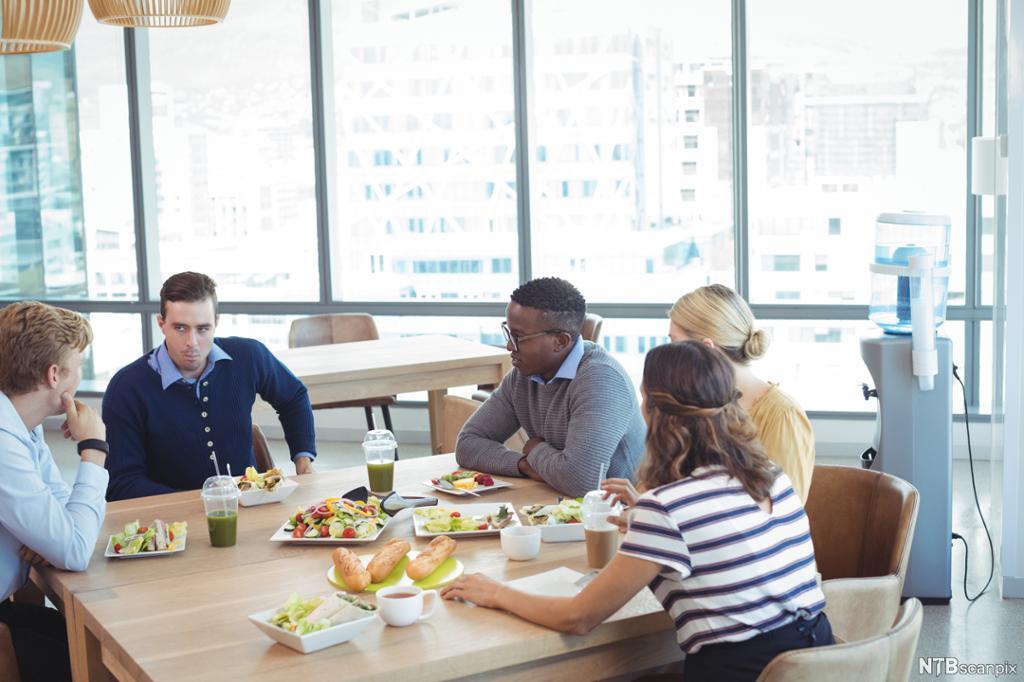 Kollegaer som har lunsj i en kafeteria. Foto.