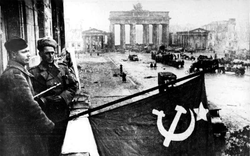 Sovjetiske soldater heiser det sovjetiske flagget på Hotel Adlon på Unter den Linden mai 1945. Foto.
