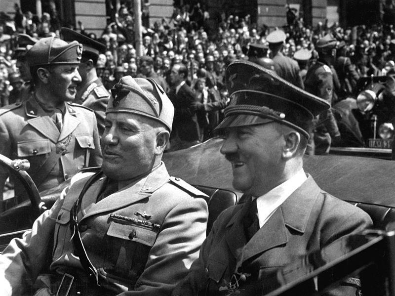Benito Mussolini og Adolf Hitler kjører sammen i en åpen bil i Munchen i 1940. Foto.