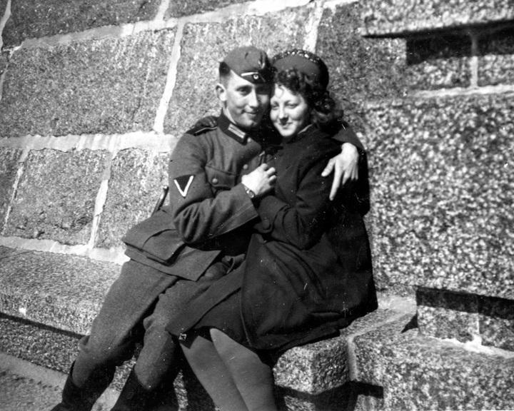Et kjærestepar på stevnemøte i det skjulte i Stavern under andre verdenskrig. Mannen er tysk soldat. Foto.