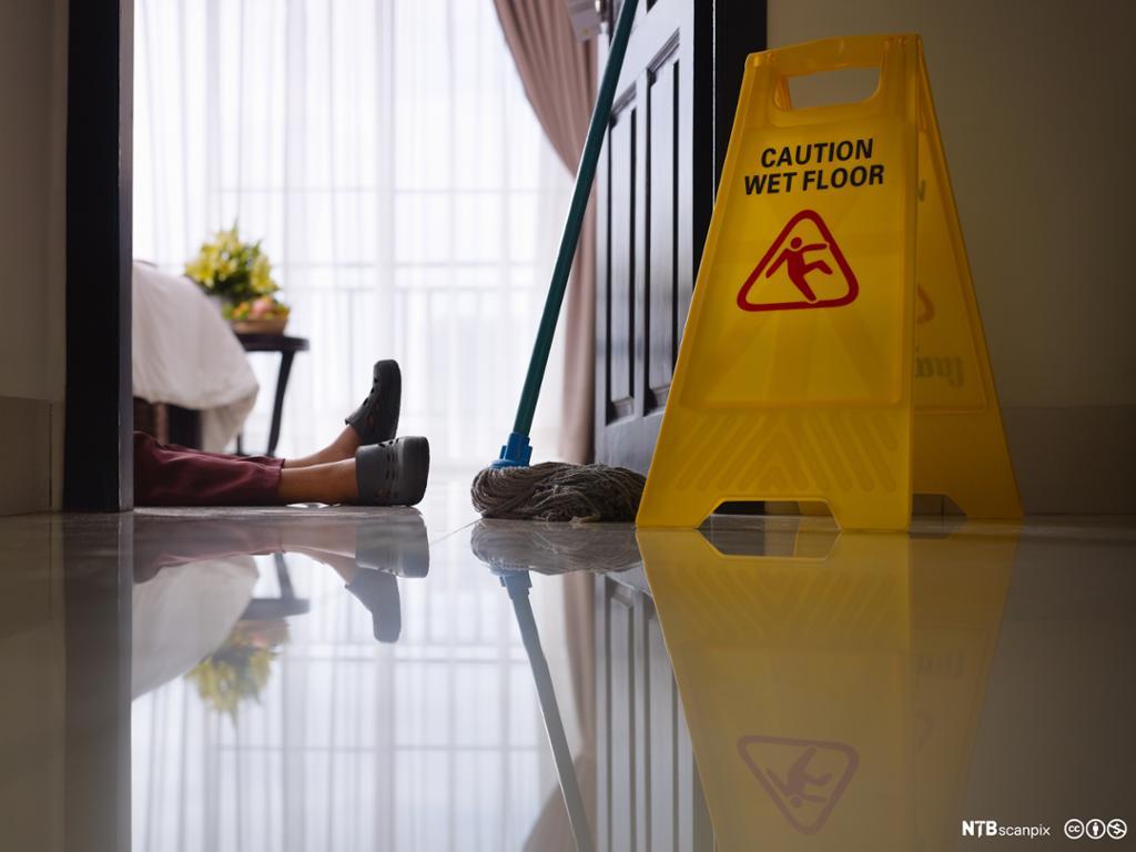 Rengjøringsassistent forulykker mens hun gjør rent på hotellrommet. Foto.