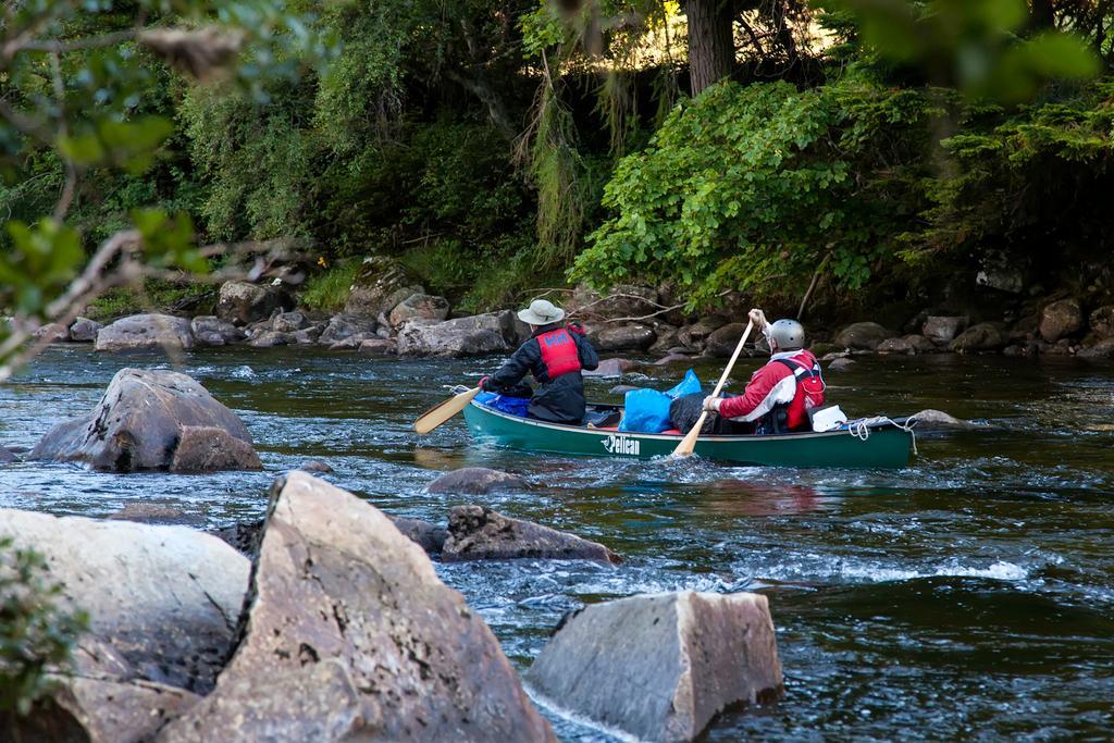 To menn i kano. Foto