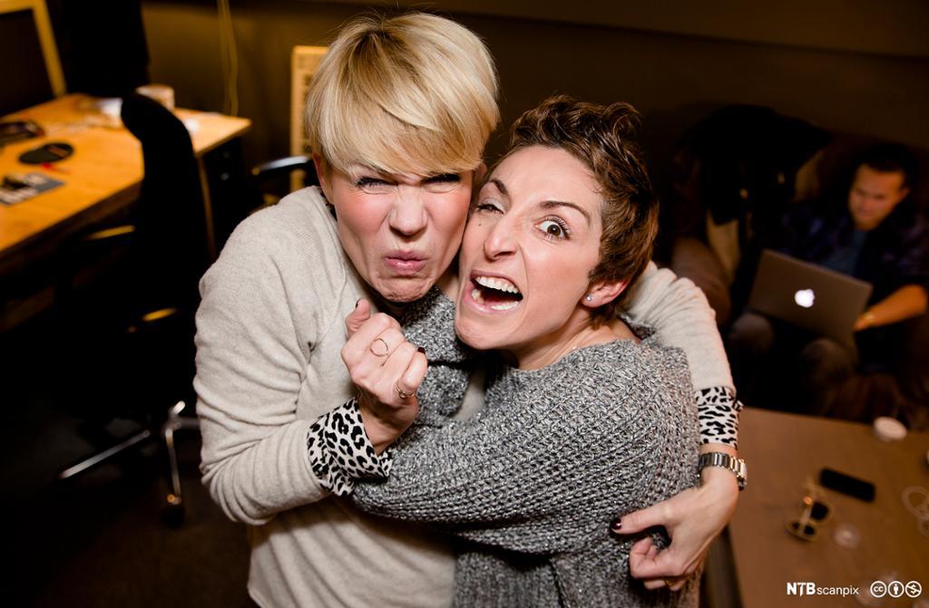 To kvinner gjør grimaser. Foto.