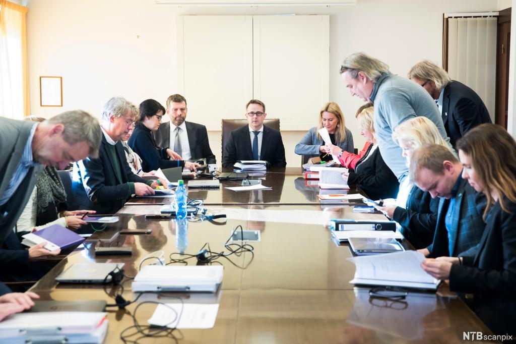 Møte mellom arbeidstakerorganisasjon og arbeidsgiverorganisasjon for å bli enige i en arbeidskonflikt. Foto.